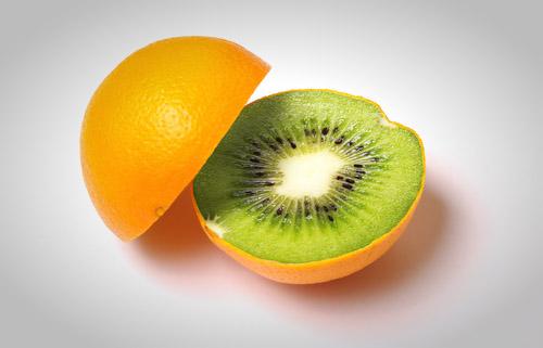 uma fruta híbrida entre uma laranja e um kiwi