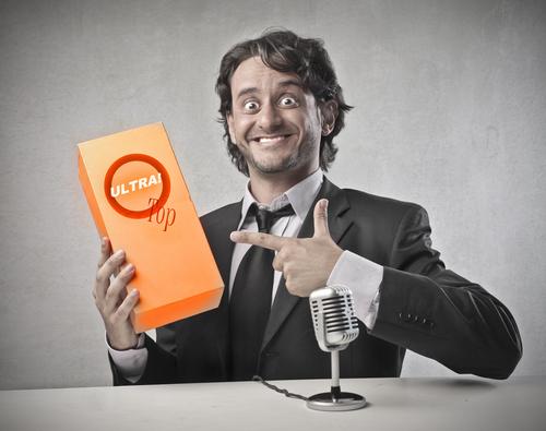 Homem oferecendo um produto