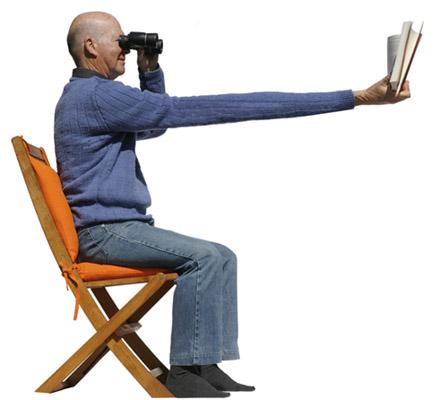 Idoso lendo um livro à distância.
