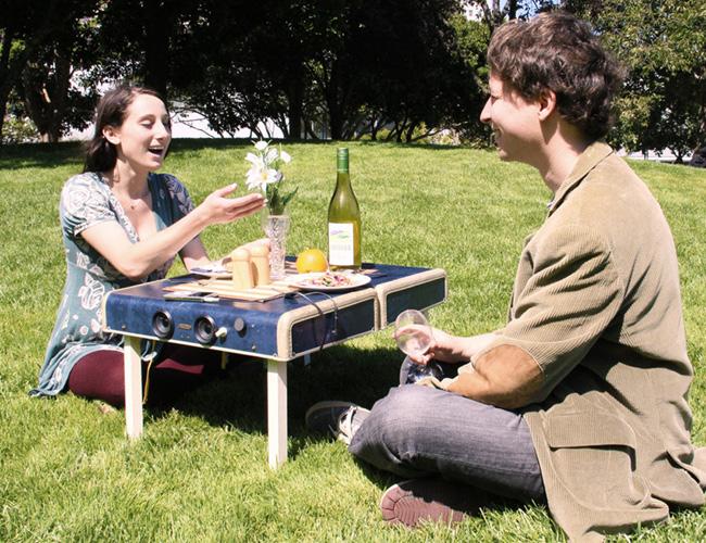 casal fazendo piquenique