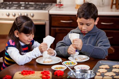 duas crianças cozinhando