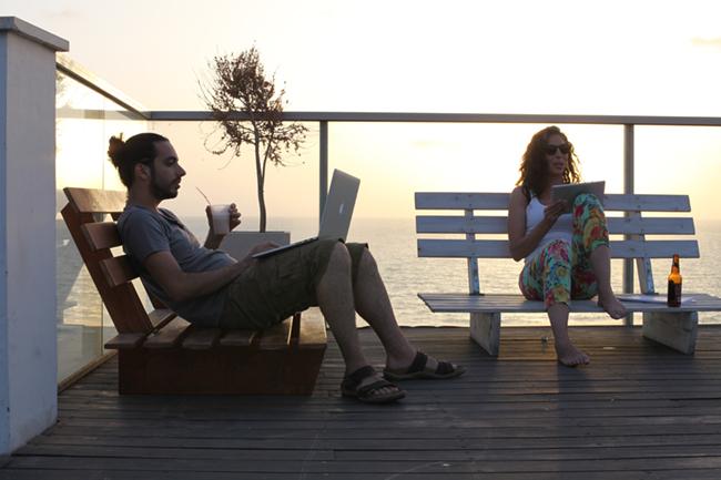 Equipe Wix trabalhando no terraço da nossa sede.