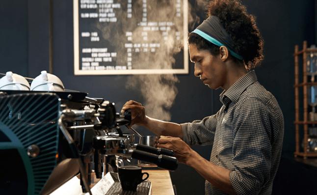 Hombre Preparando un Café