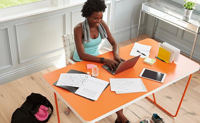 Mujer Escribiendo en un Escritorio